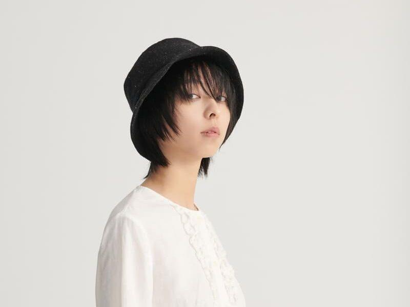 小臉女生 黑色簡約漁夫帽