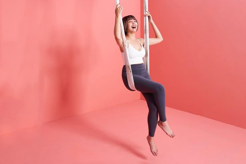 空中瑜伽基礎坐姿看似簡單,但要穩穩坐在掛布上,需要靠很多核心發力。
