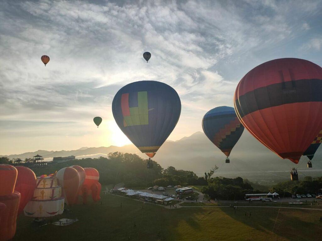 在臺灣國際熱氣球嘉年華搭熱氣球看到美景