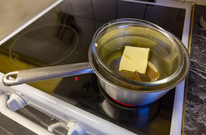 布朗尼食譜步驟-融化巧克力與奶油