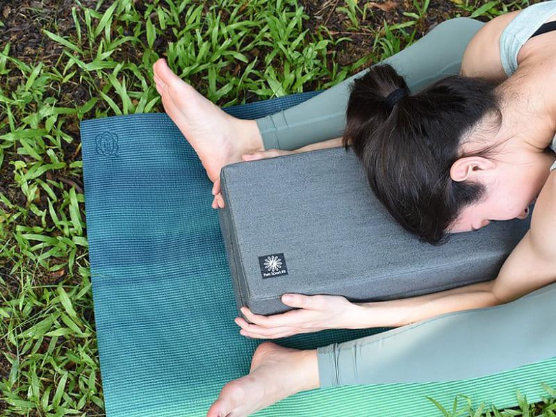 一名女子在瑜珈墊上練習瑜珈