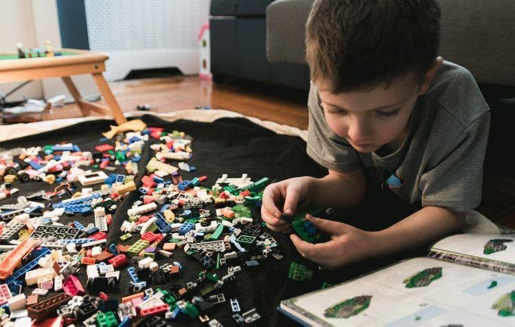 拼拼圖或玩樂高是很好的居家活動