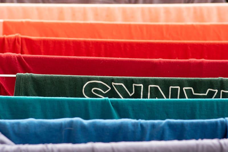避免衣服染色的方法: 不同顏色衣服分開洗