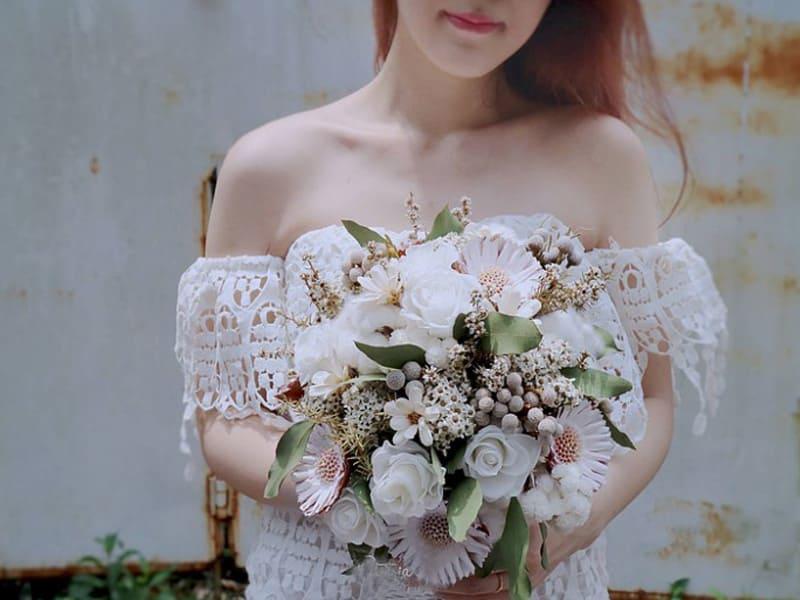 新娘捧著白色系捧花