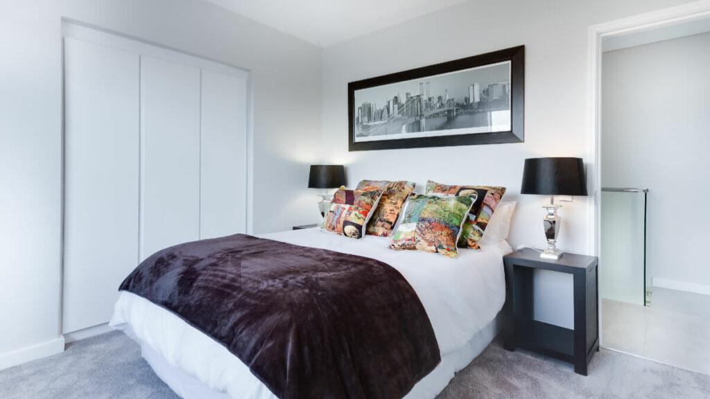 臥室風水要避免床對房門、床對鏡子