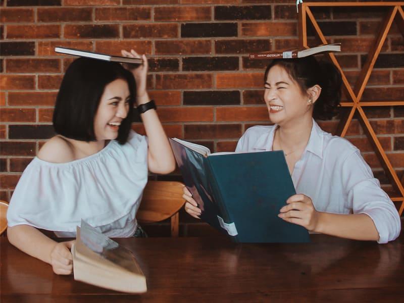 兩個女生面對面聊天打鬧