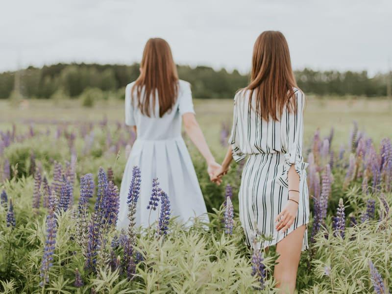 兩個女生手牽著手的背影