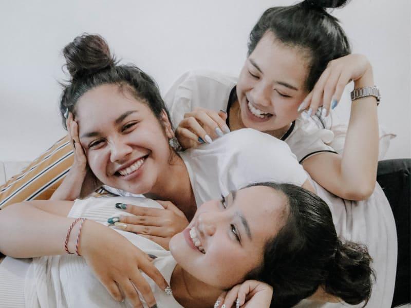 三個女生呈現臥姿交錯的姿勢
